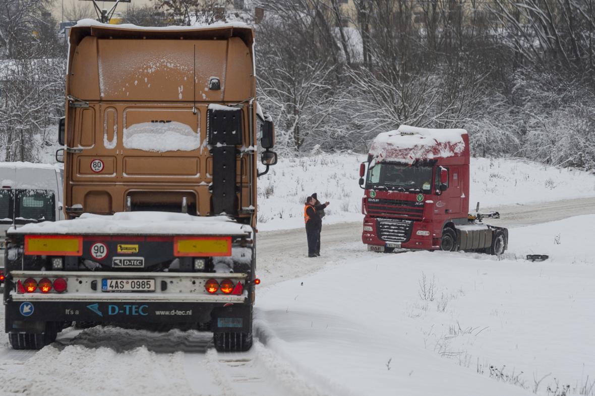 Kamion sjel ze zasněžené silnice do příkopu 8. února 2021 v Ústí nad Labem