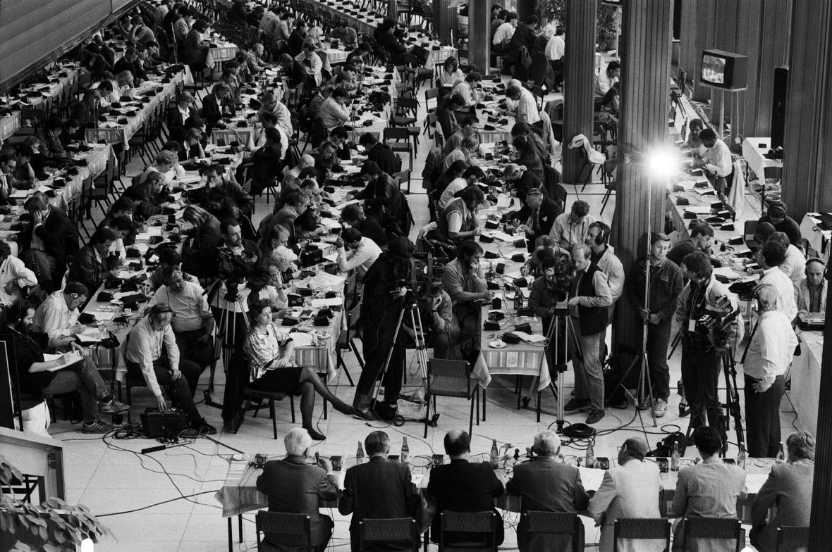 Vyhlášení výsledků voleb v roce 1990 sledovalo přes 500 zahraničních a 300 československých novinářů
