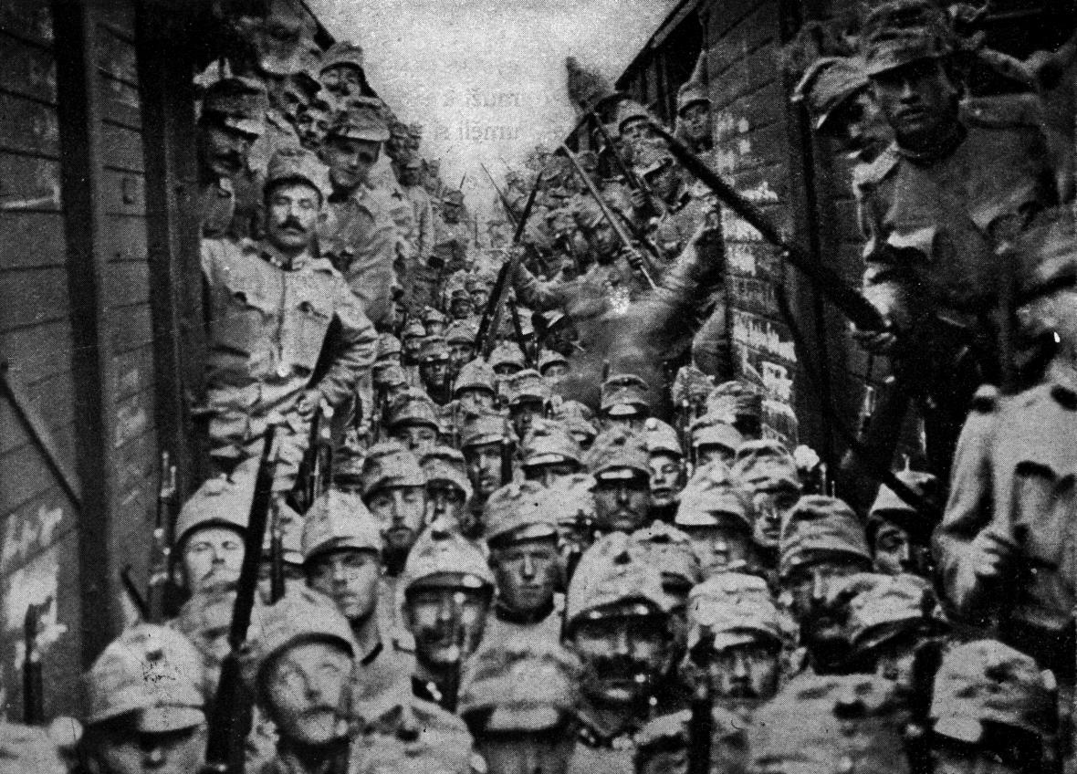 Odjezd českých pěších pluků na bojiště v Haliči v prosinci 1914