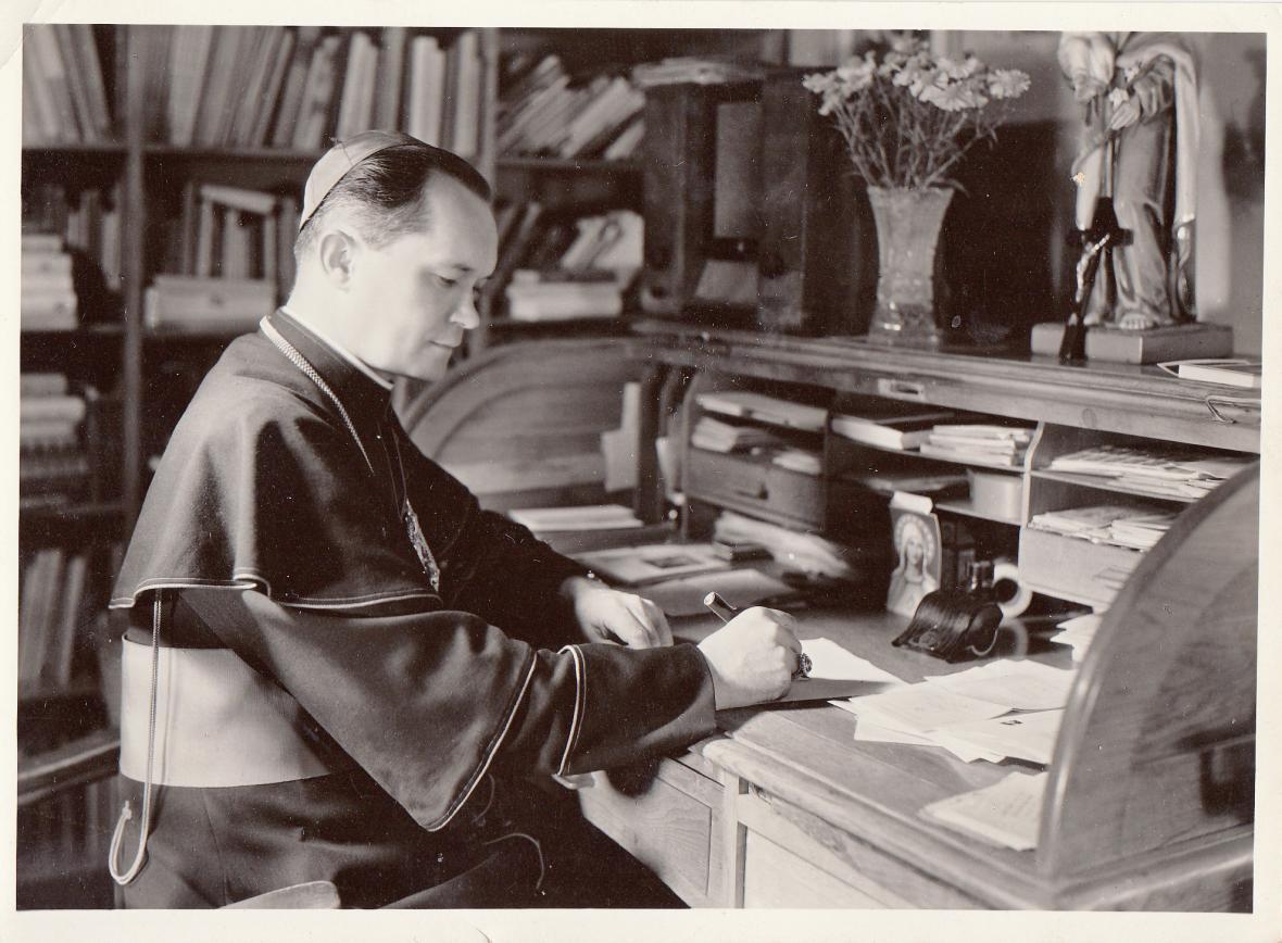 Josef Hlouch ve své pracovně