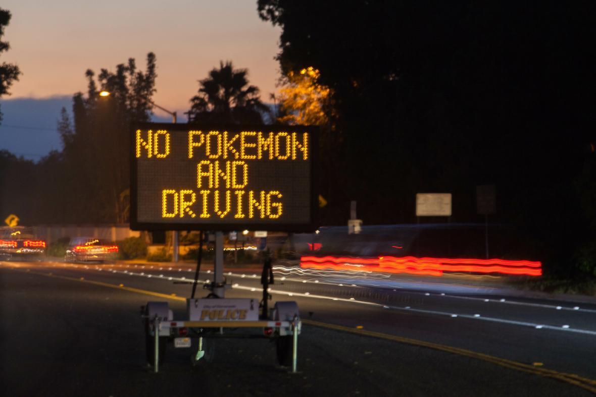 Spuštění Pokémon GO přineslo i svá nebezpečí - v Kalifornii řidiče varovali před hraním při řízení
