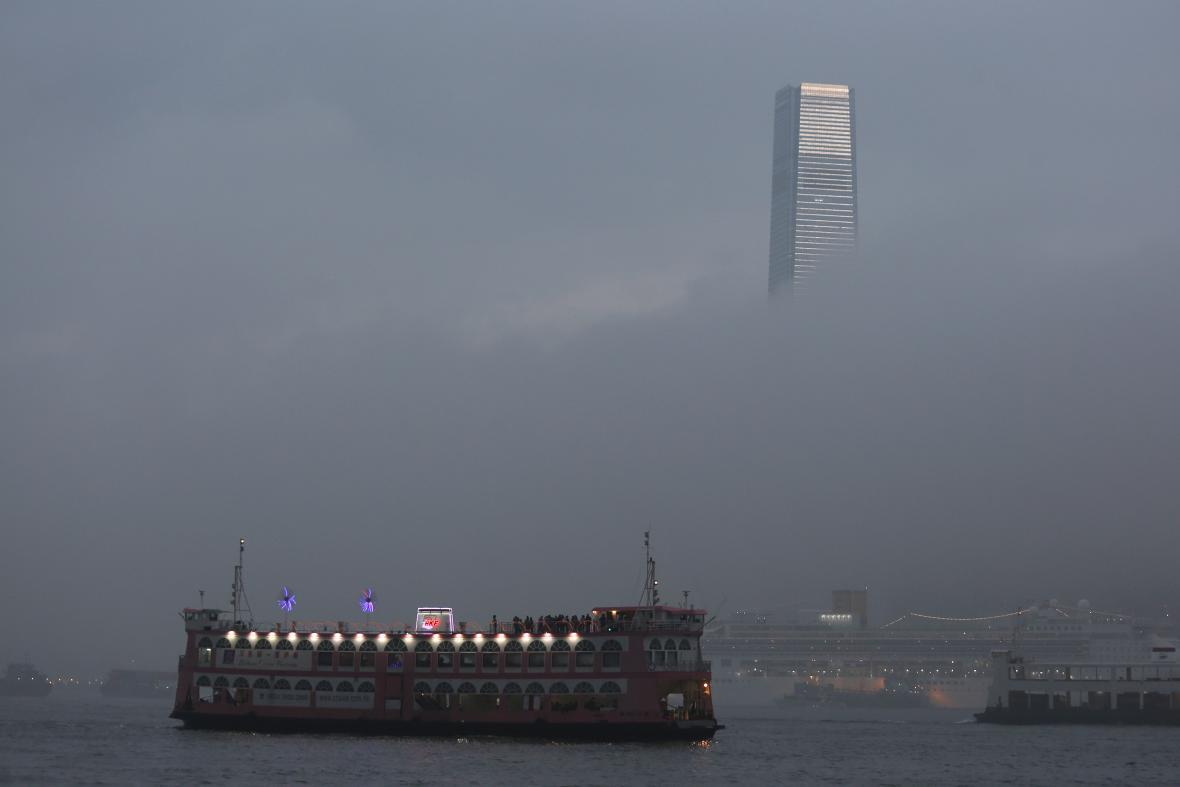 Budova ICC nad hongkongskou mlhou