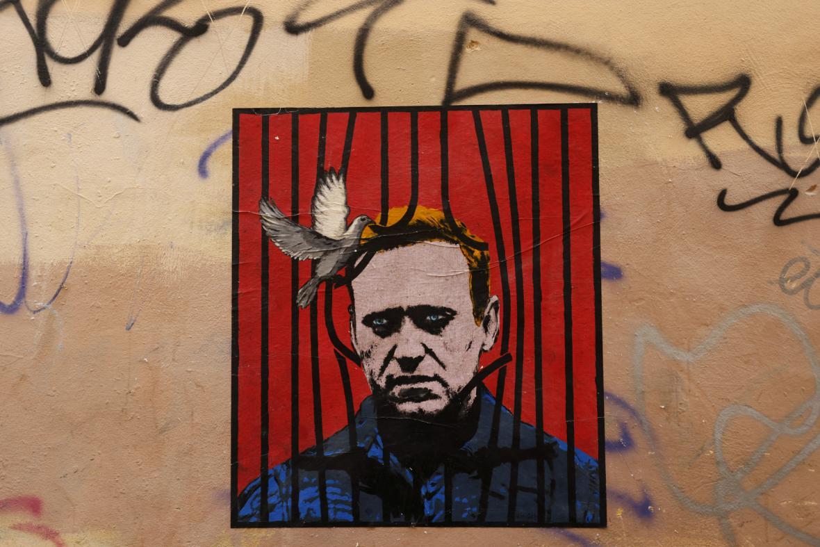 Kresba znázorňující Alexeje Navalného na zdi v Římě