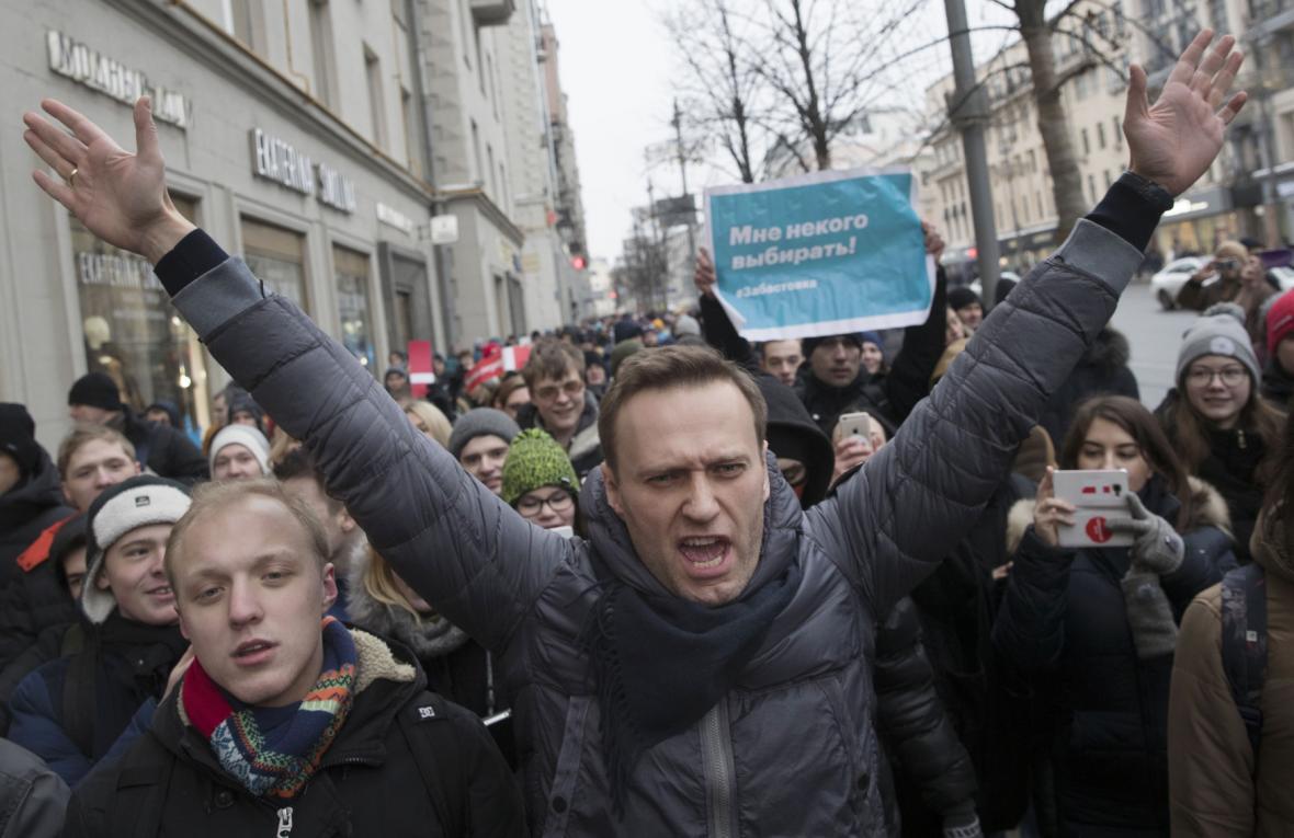 Alexej Navalnyj v čele davu jeho příznivců