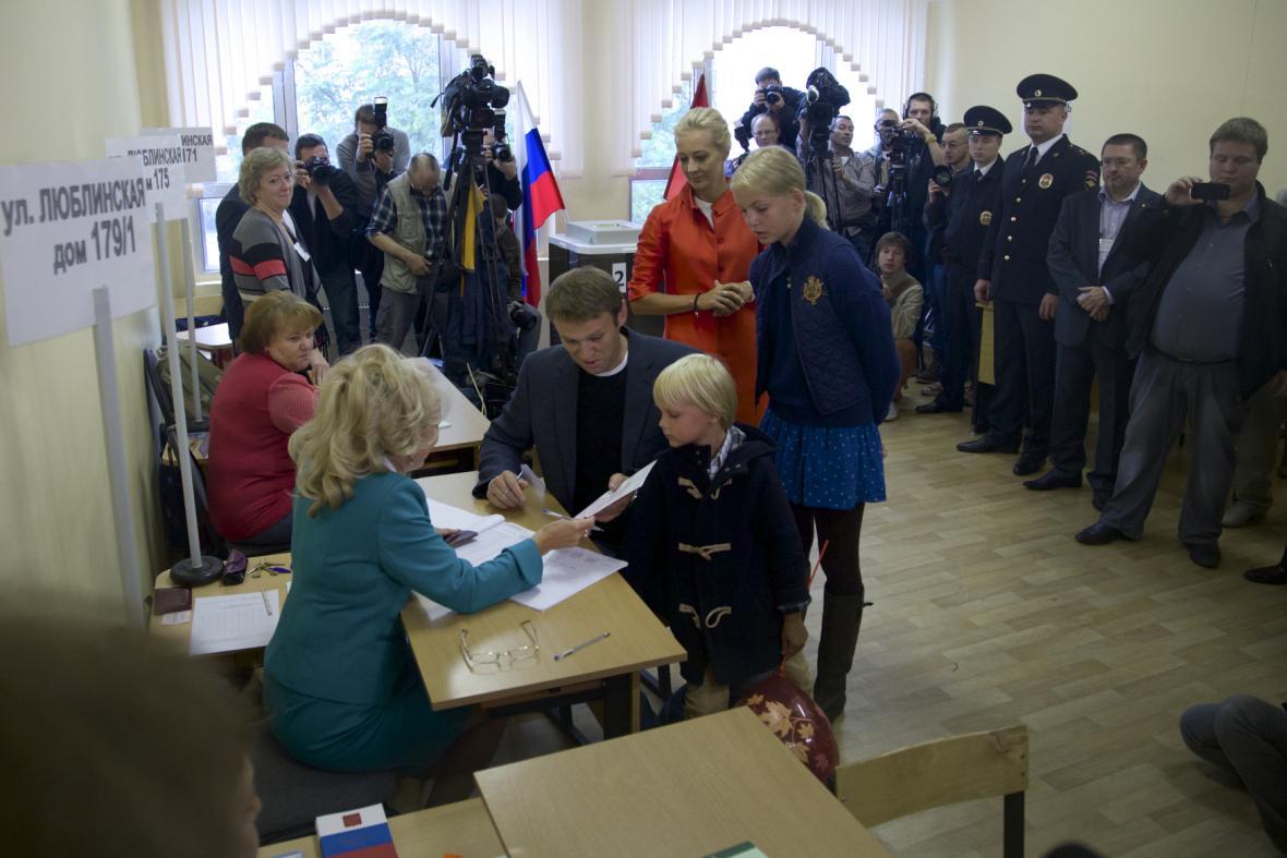 Alexej Navalnyj se svou rodinou v hlasovací místnosti při volbě moskevského primátora