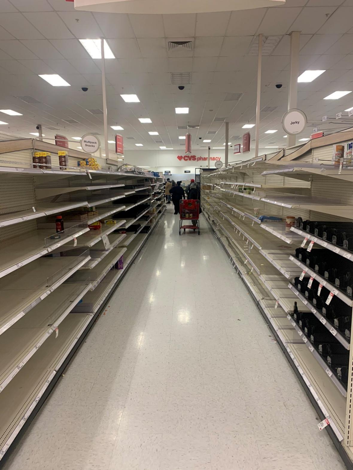 Prázdné regály supermarketu v Austinu