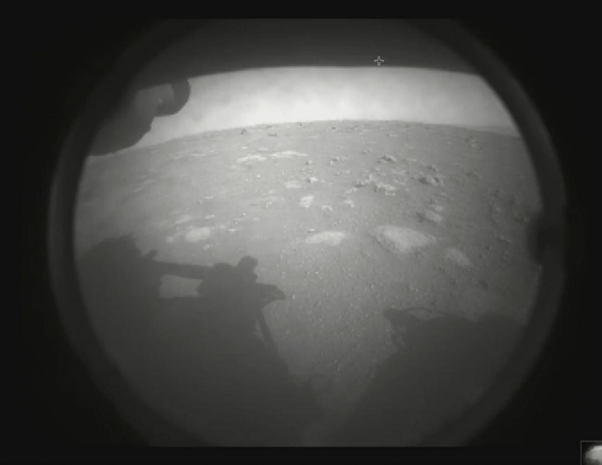 První fotografie, kterou Perseverance poslala z Marsu
