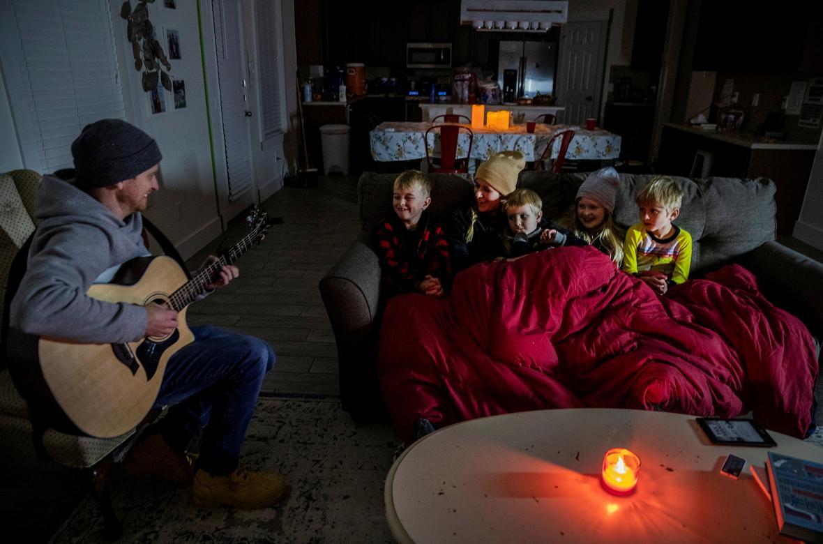Brett Archibad se v mrazu a bez elektřiny snaží zabavit svou rodinu