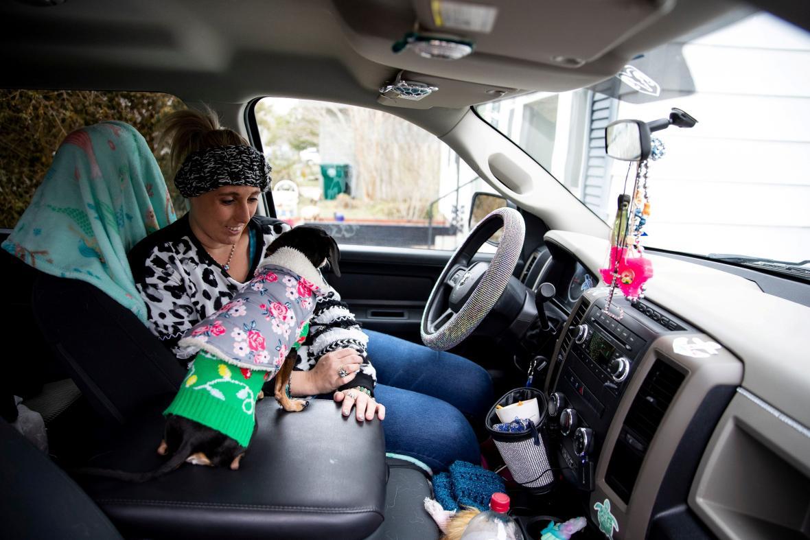 Laramie White z Corpus Cristi se zahřívá se svým psem v autě