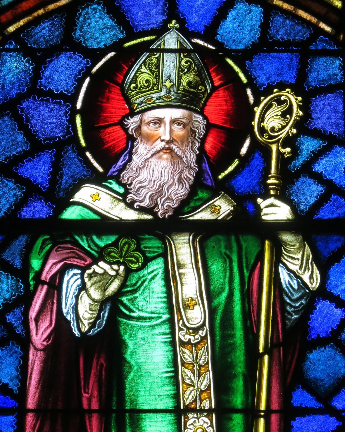 Kostelní vitráž zobrazující podobiznu Sv. Patrika