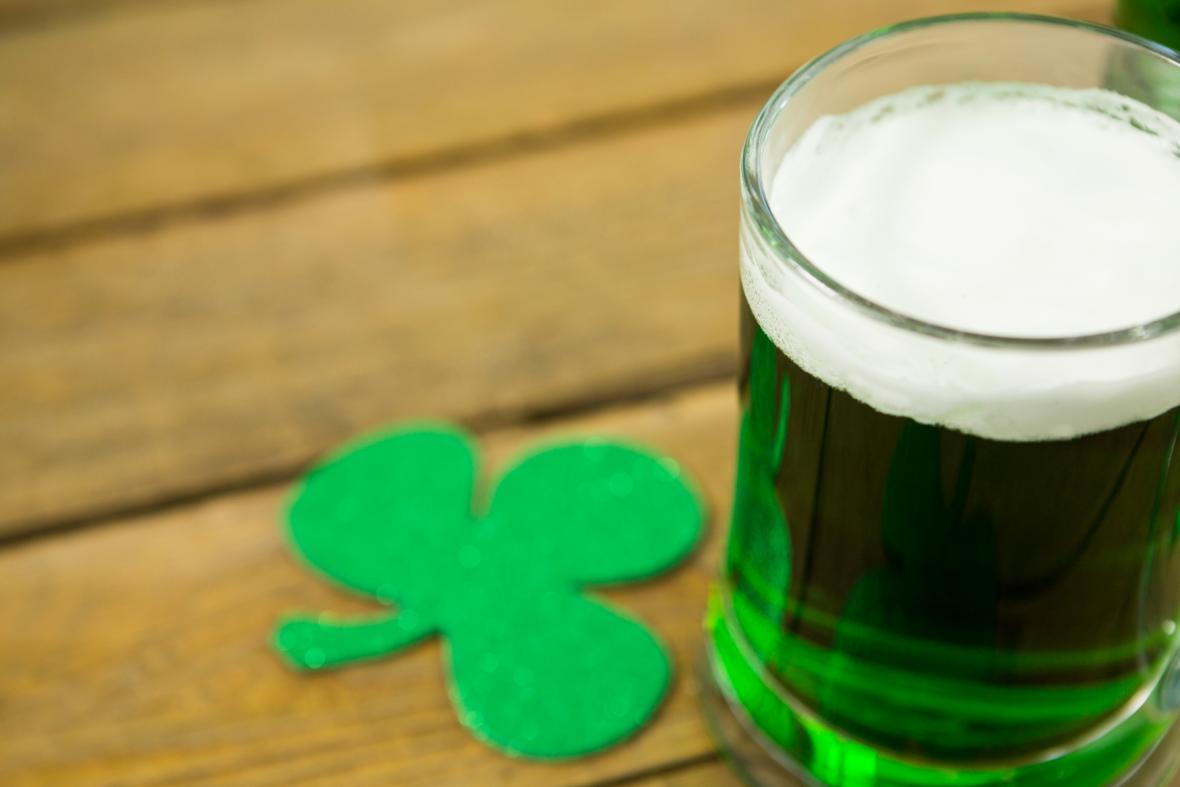 Trojlístek a černé nebo zeleně nabarvené pivo jsou zřejmě nejvýraznějšími symboly svátku svatého Patrika