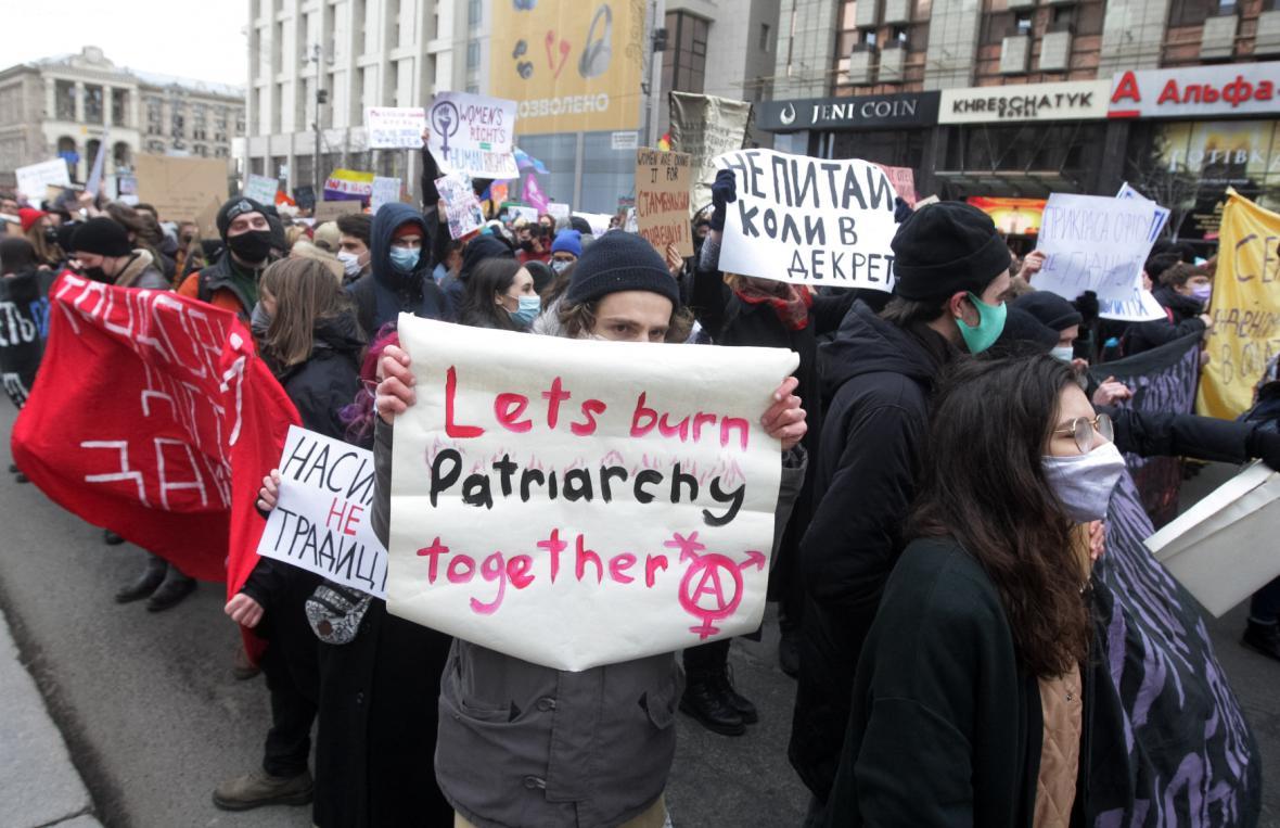 Protestující v Kyjevě s nápisem proti patriarchátu