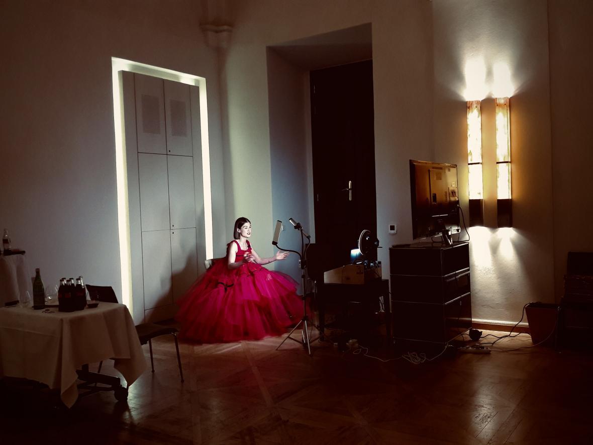 Herečka Rosamund Pikeová přebírala z pražského hotelu Zlatý glóbus