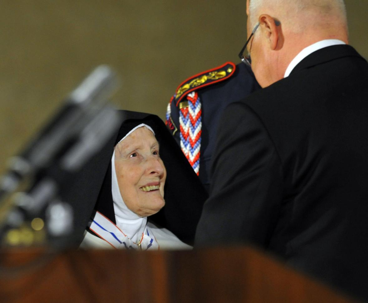 V roce 2011 udělil tehdejší prezident Václav Klaus Schwarzové Řád TGM