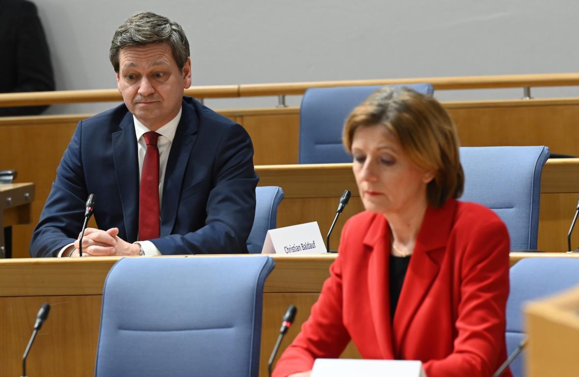 Porýní-Falc: Christian Baldauf (CDU) a Malu Dreyerová (SDP) při sledování prvních odhadů