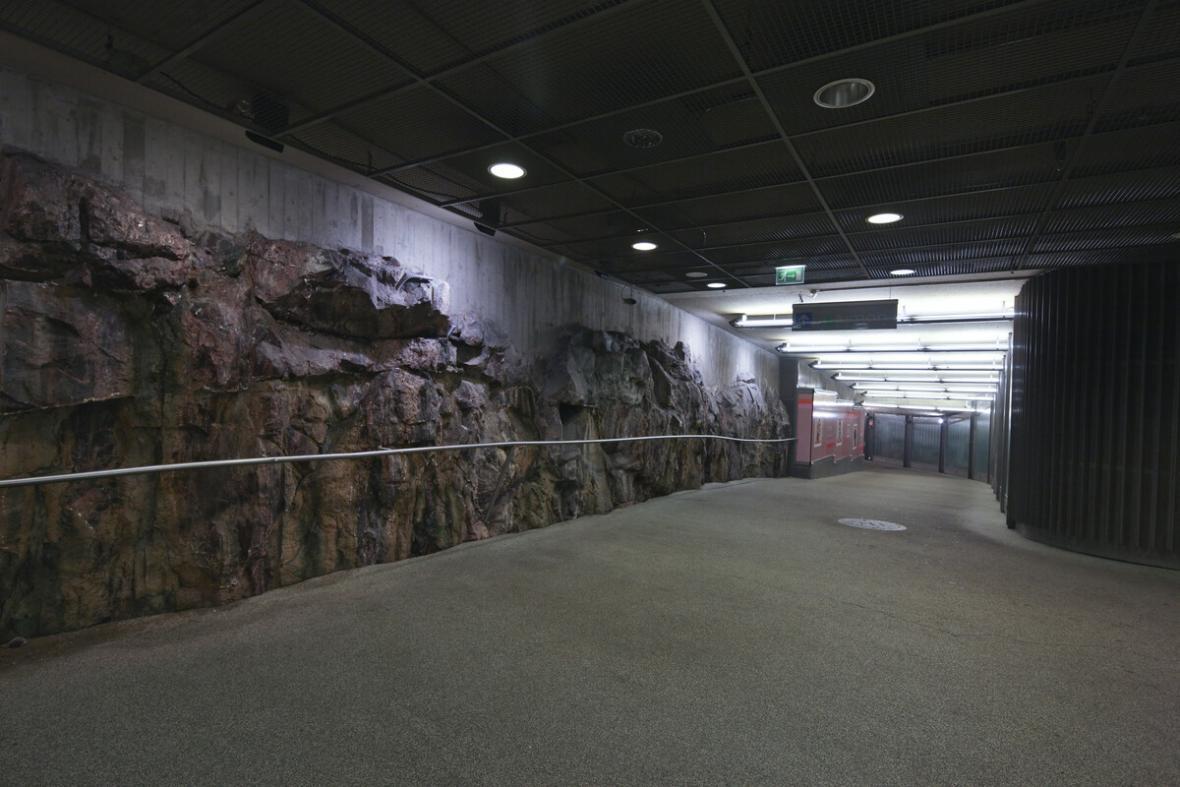 Podzemní podchod pod centrem Helsinek s odhaleným žulovým masivem