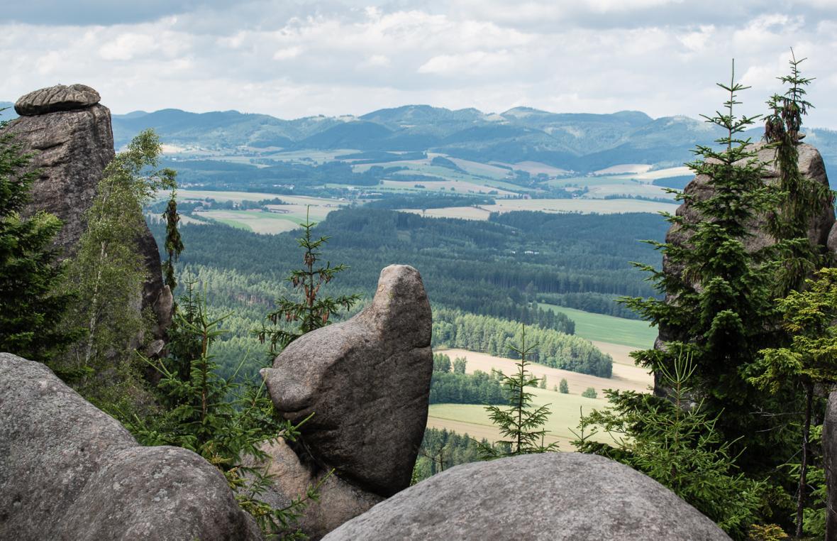 Pohled na Broumovsko a Javoří hory z Broumovských stěn - skalní věž Kočka