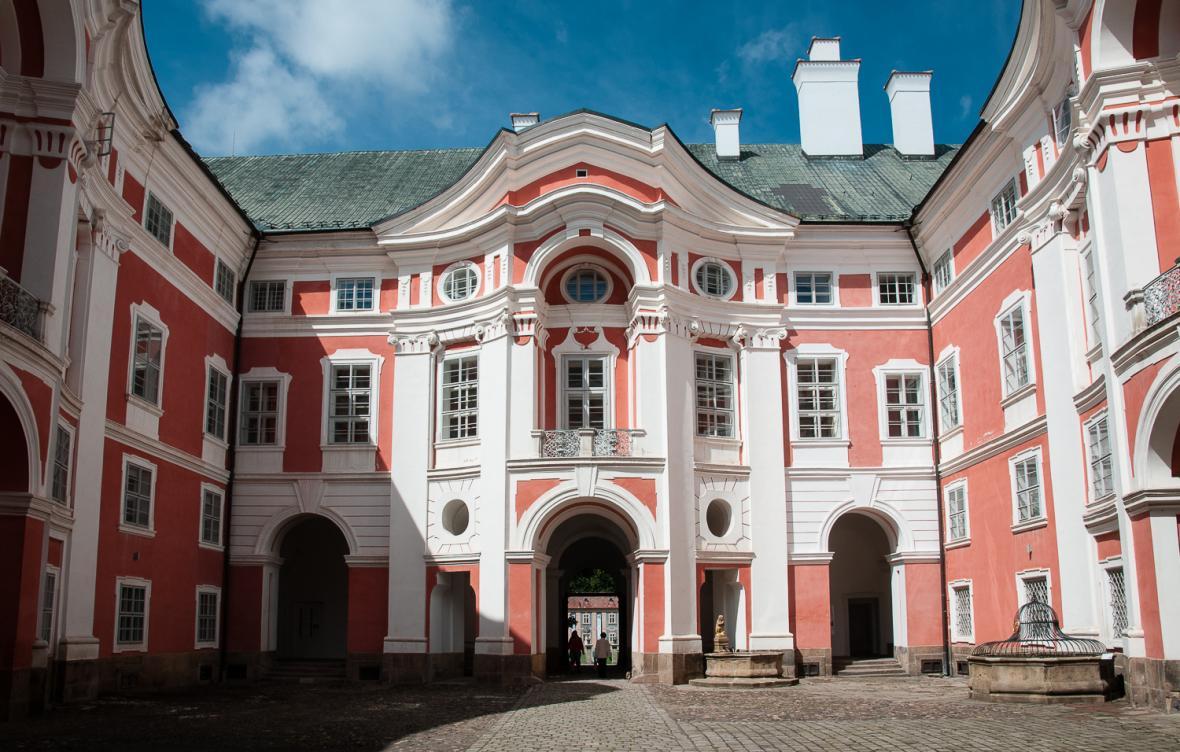 Nedílnou součástí krajiny na Broumovsku je unikátní soubor barokních kostelů. V centru oblasti leží Broumovský klášter