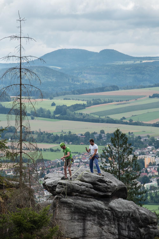 Horolezci na Ostaši u Police nad Metují - v pozadí Hejšovina