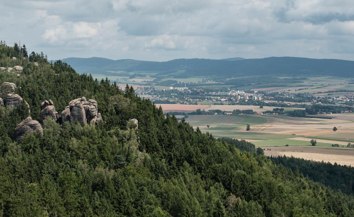 Pohled z Broumovských stěn směrem k Broumovu a pásmu Javořích hor