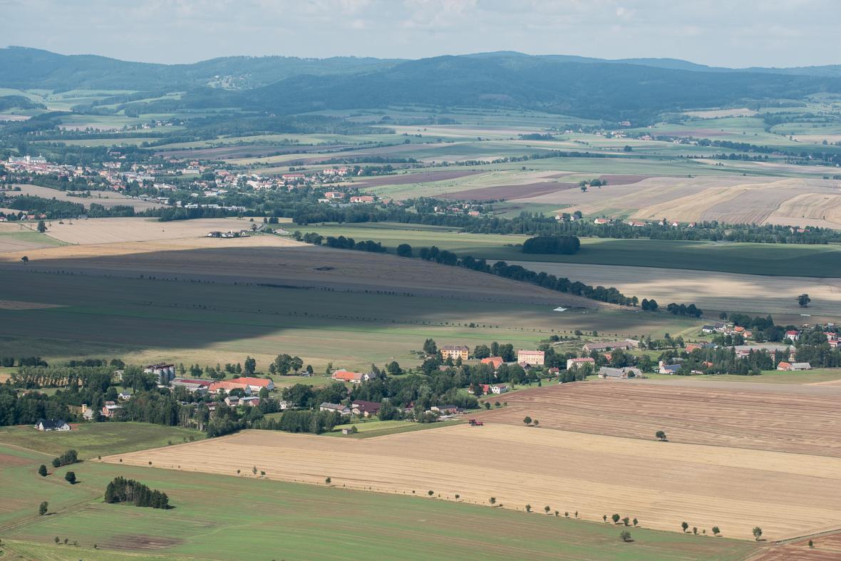 Pohled na Broumovsko z hřebene Broumovských stěn, v pozadí Javoří hory