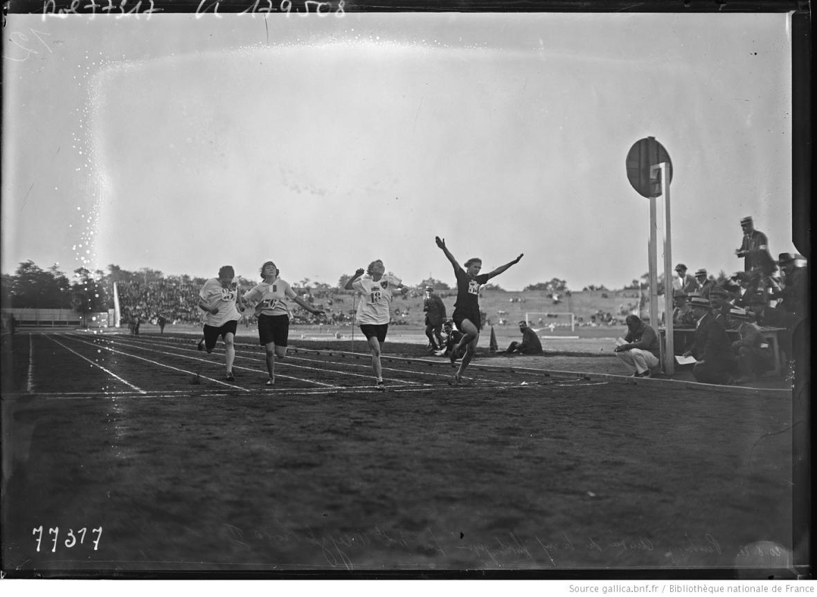 Marie Mejzlíková II vyhrála závod na 60 metrů. Na snímku předvádí svůj proslavený skok do cíle.