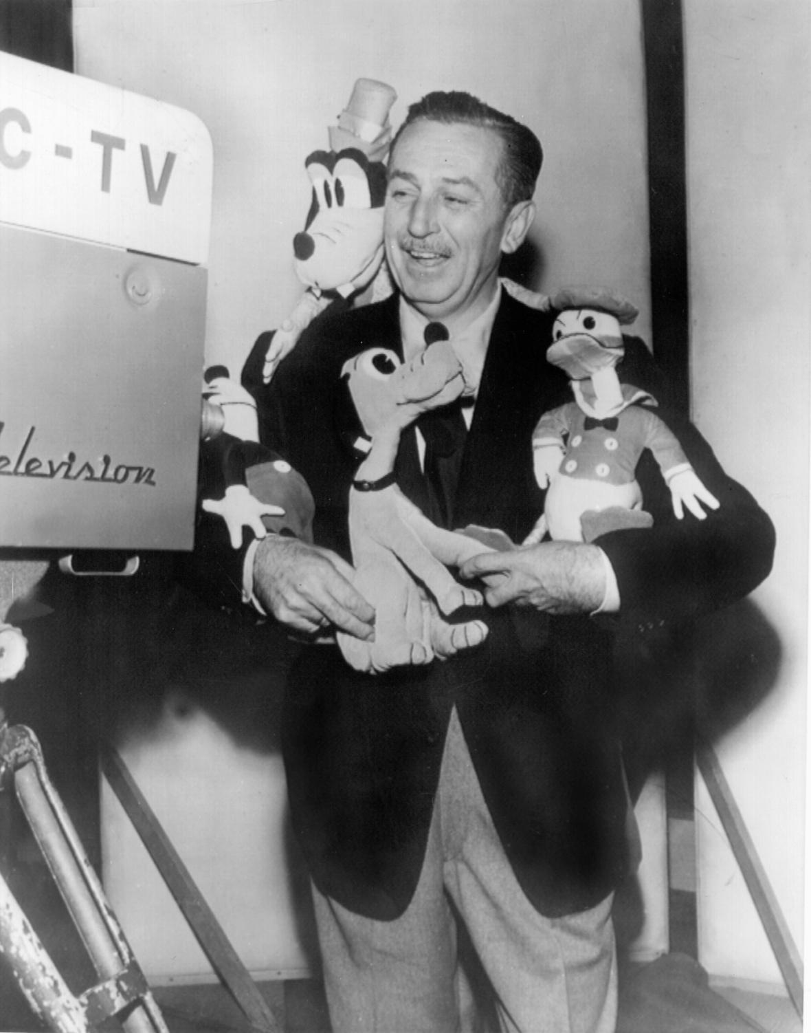 Walt Disney v obklopení svých postaviček