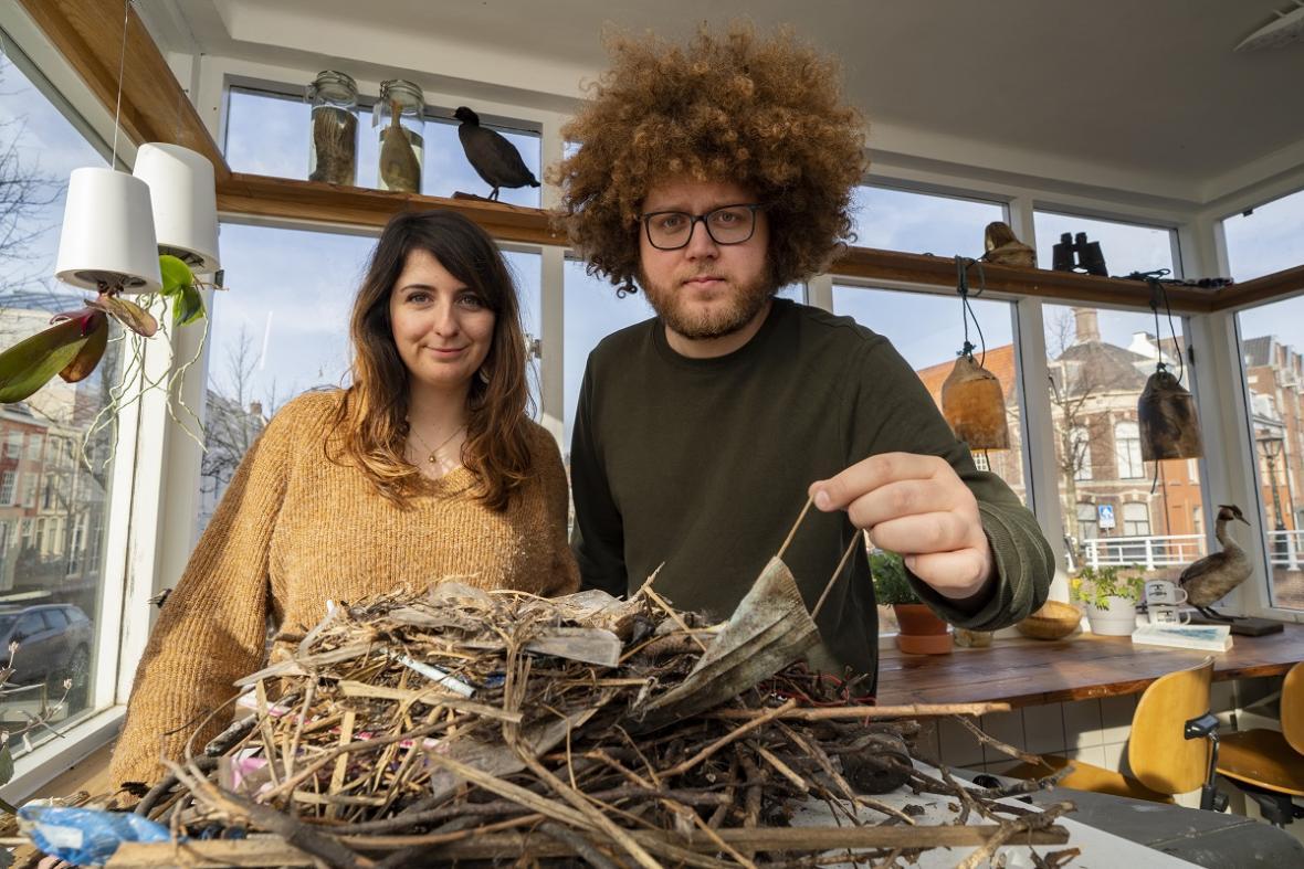 Liselotte Rambonnetová a Auke-Florian Hiemstra s hnízdem vytvořeným rouškami