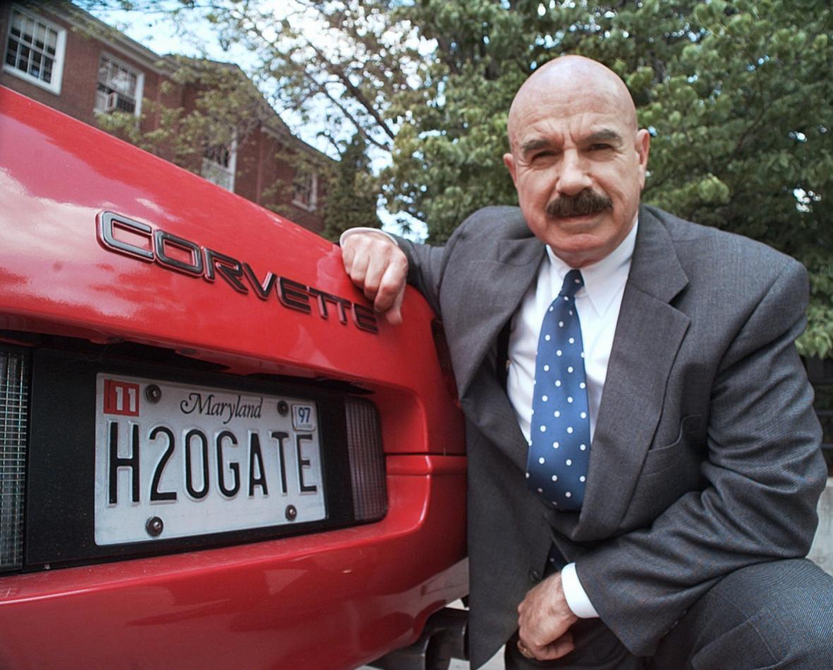 Gordon Liddy u svého vozu s provokativní značkou (archivní foto z roku 1997)