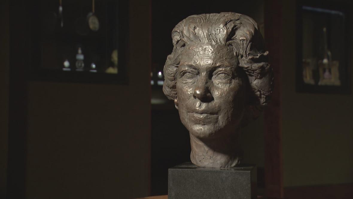 Busta Alžběty II.