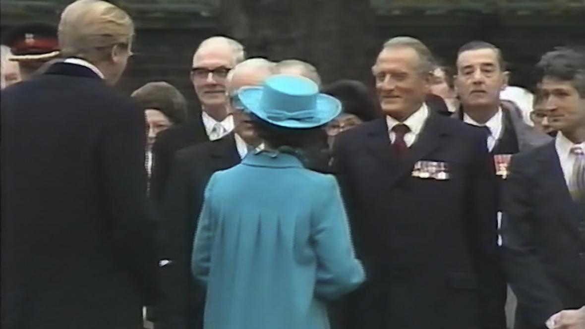 Jediný záběr Bělského s Alžbětou II.