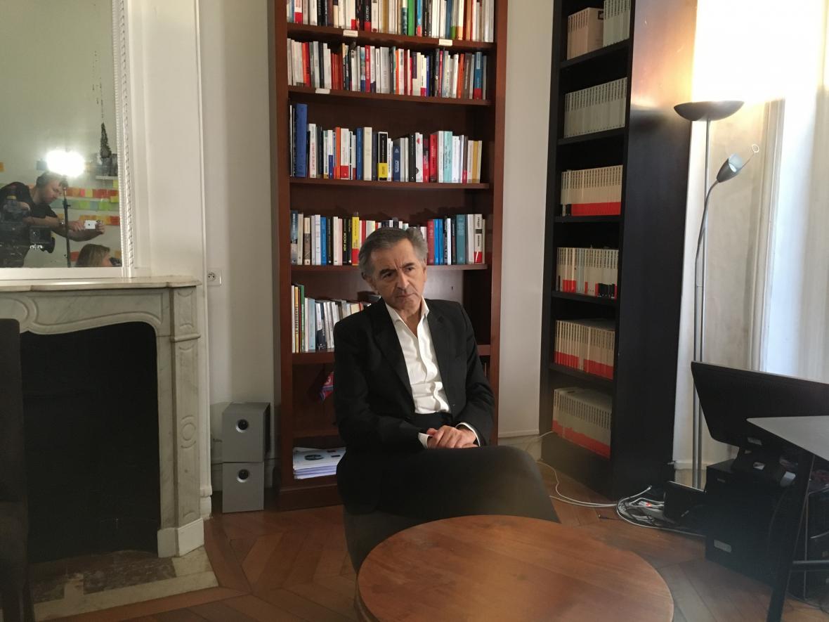 Bernard-Henri Levy při natáčení dokumentu o Milanu Kunderovi