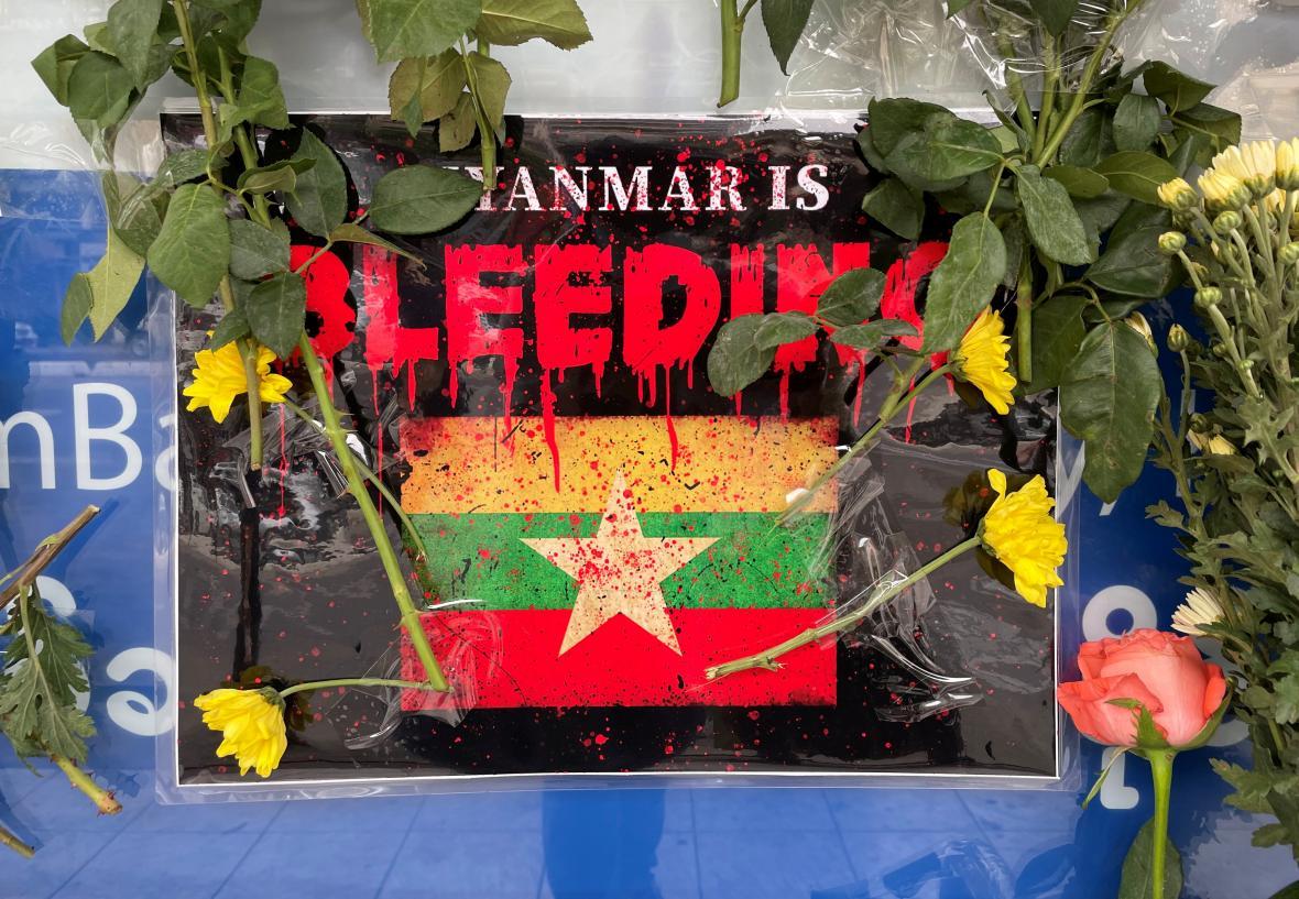 Květiny položené během celonárodního tažení proti vojenskému puči v Rangúnu