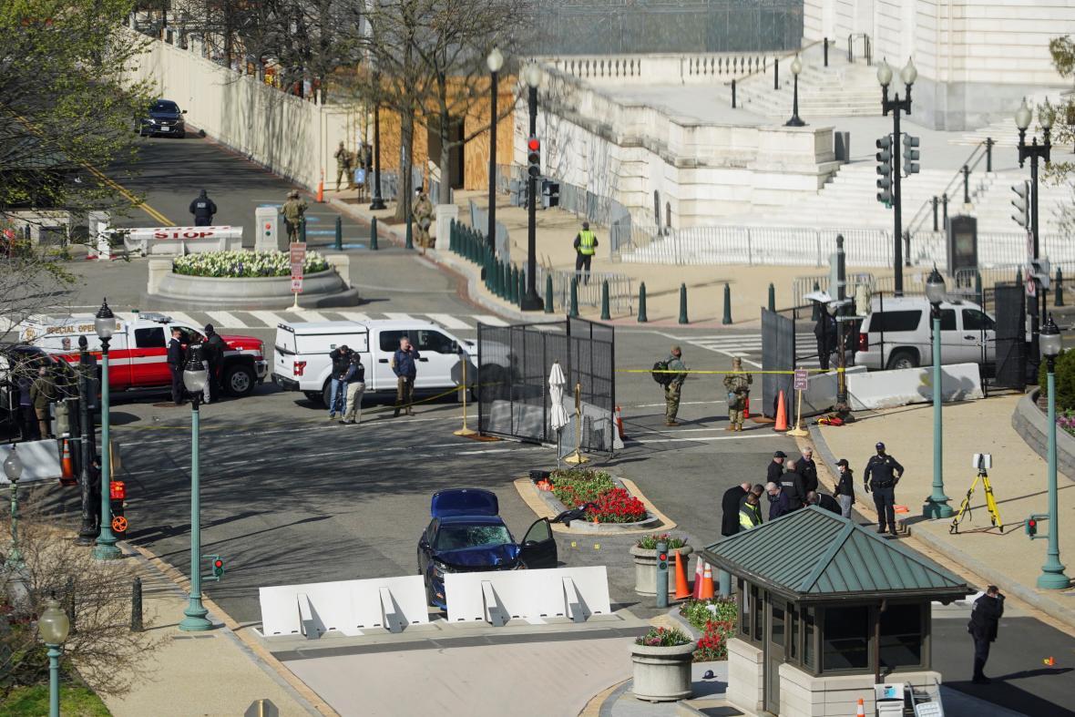 Útočník nejprve najel do barikád, potom zaútočil nožem