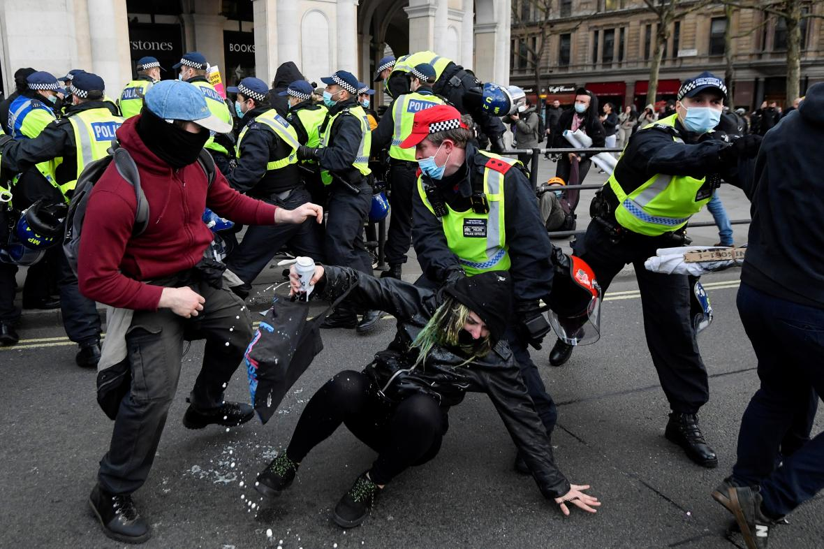 V Londýně došlo k potyčkám mezi policií a demonstrujícími