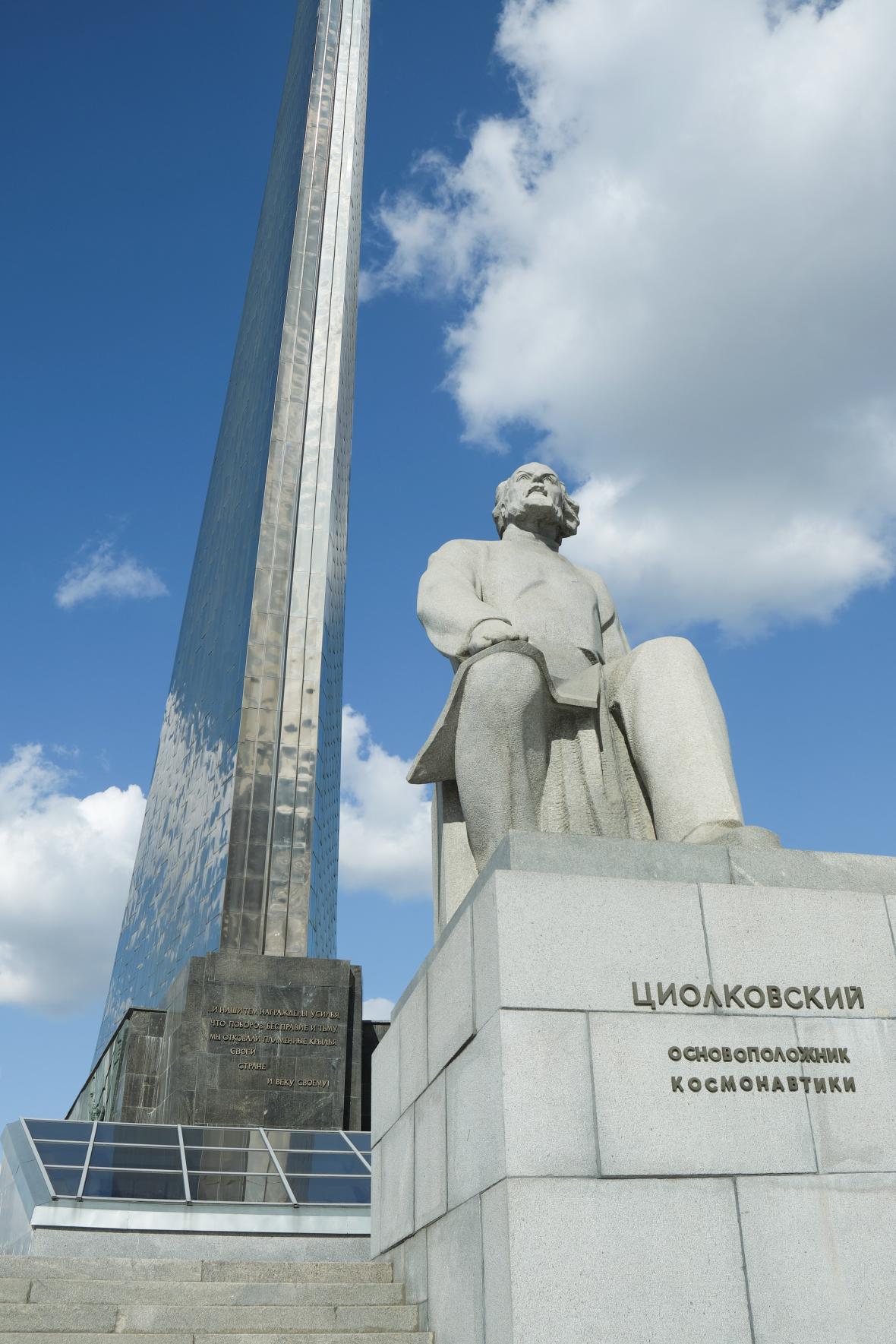Památník pokořitelů kosmu a socha Konstantina Eduardoviče Ciolkovskije v Moskvě