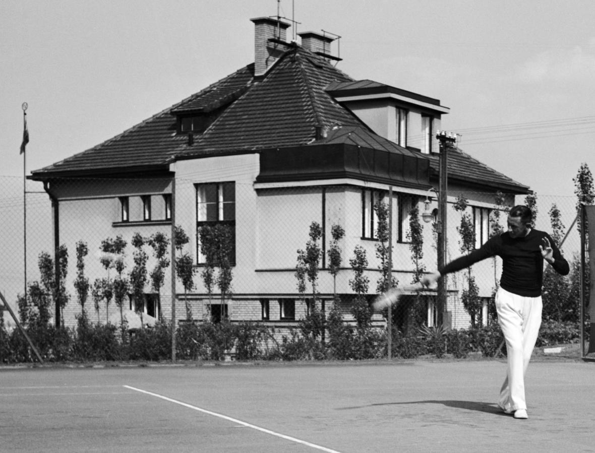 Vlasta Burian na tenisovém kurtu u své vily