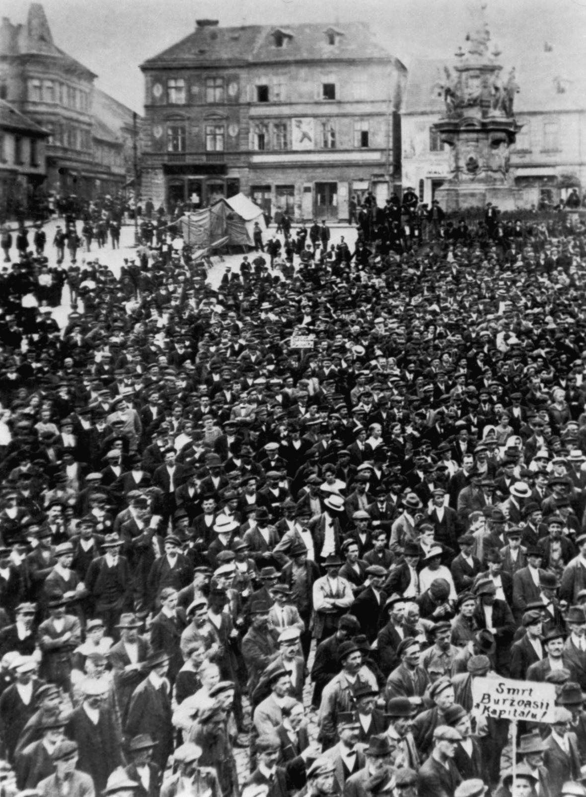 Stávkující dělníci v Kladně