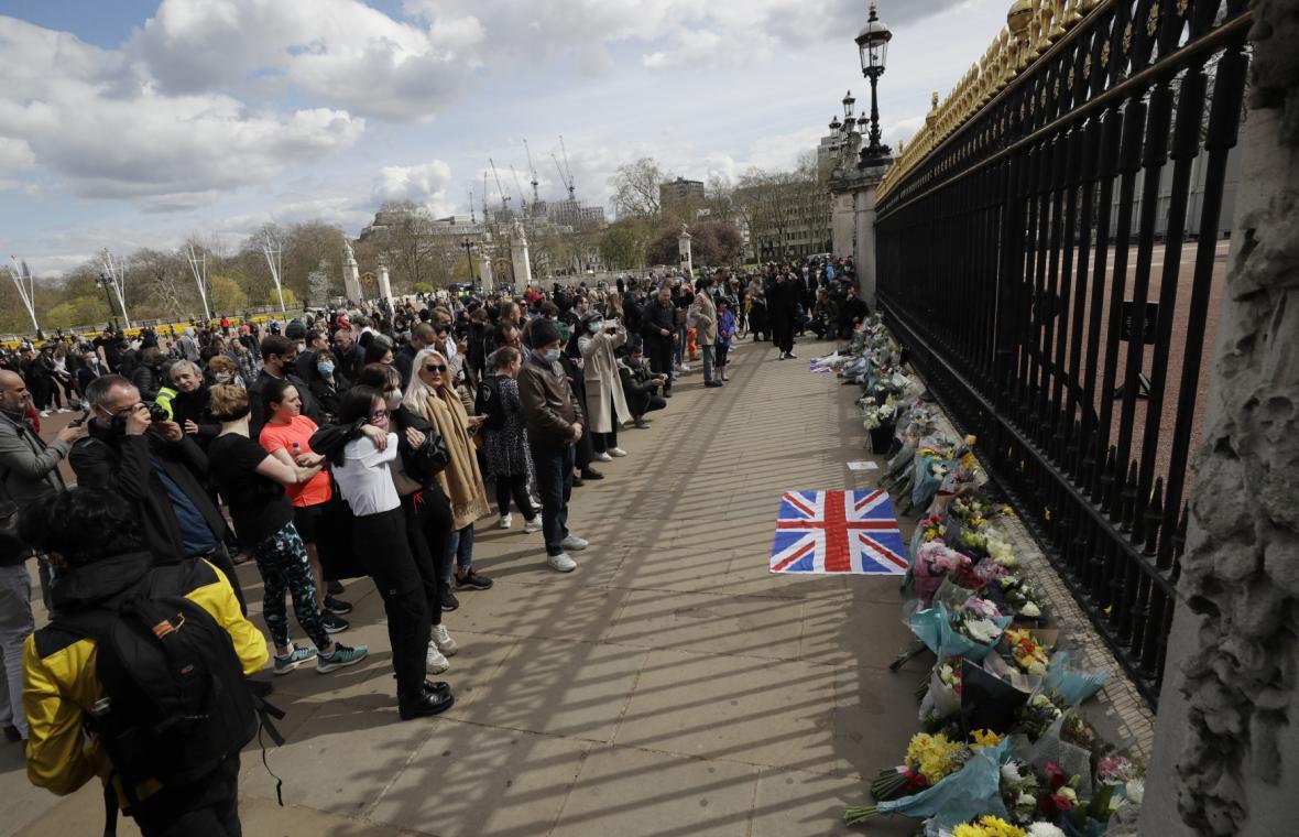 Britové uctívají památku zesnulého prince u Buckinghamského paláce