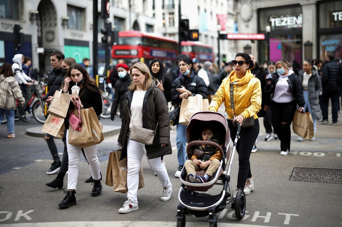 Londýnské ulice jsou znovu plné lidí