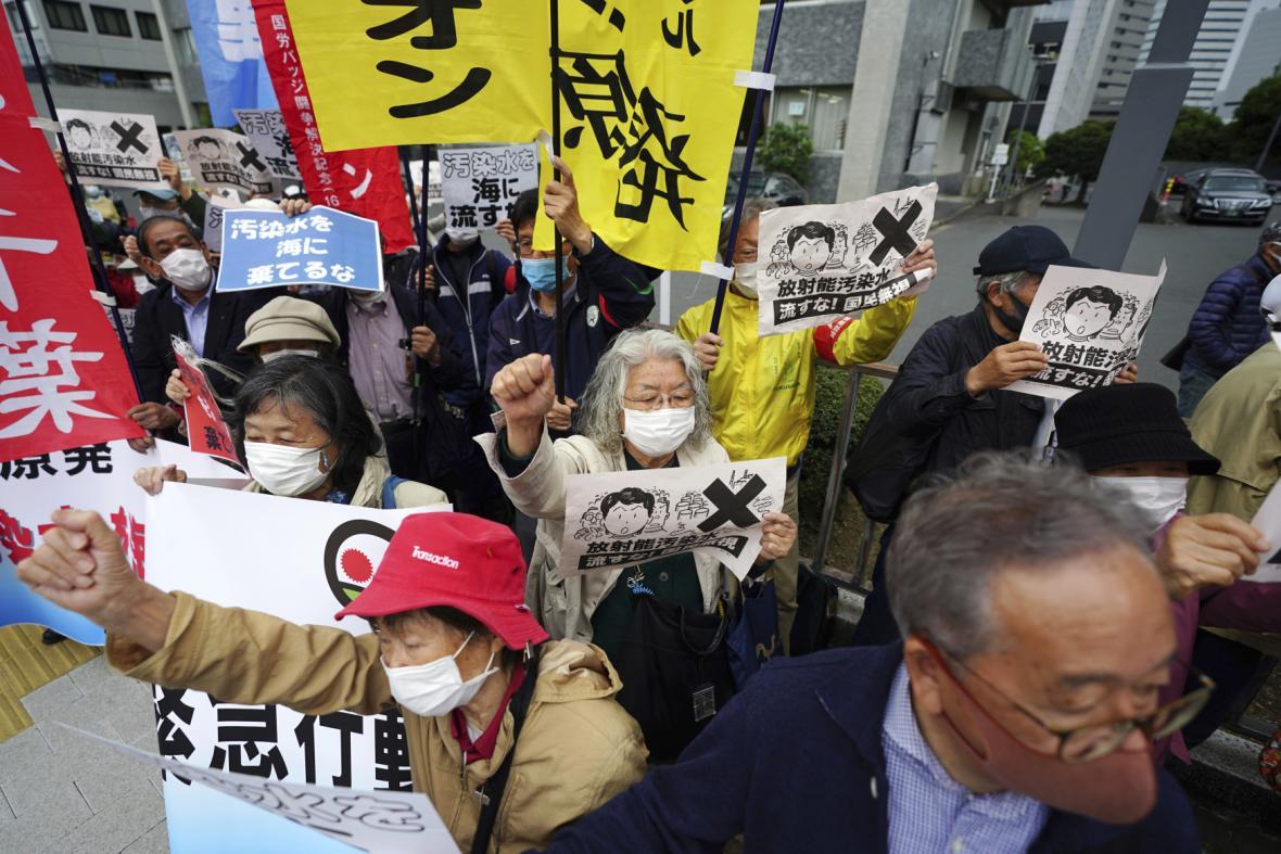 Lidé před úřadem premiéra v Tokiu protestují proti plánu