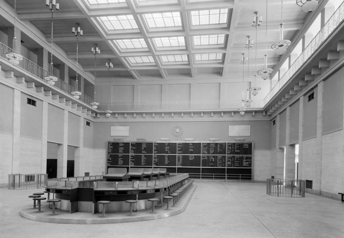 Interiér Pražské peněžní burzy na Hooverově třídě (na snímku z 16.3. 1938)