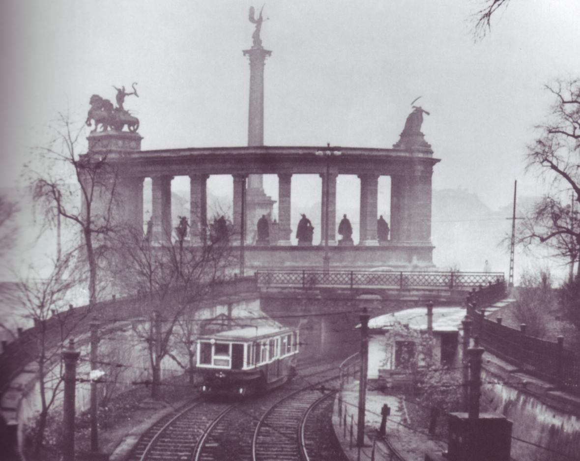 Původní vůz metra v povrchovém úseku za náměstím Hrdinů
