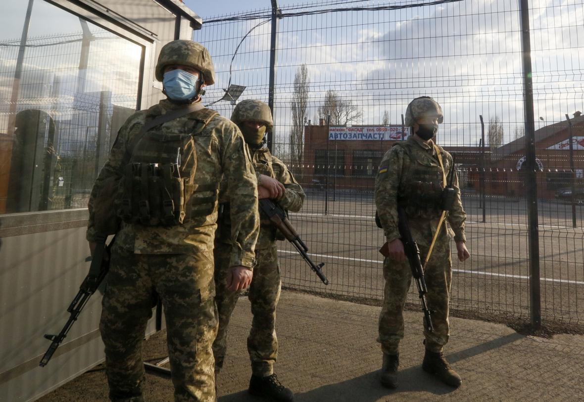 Ukrajinští vojáci hlídají kontrolní stanoviště nedaleko Luhanska