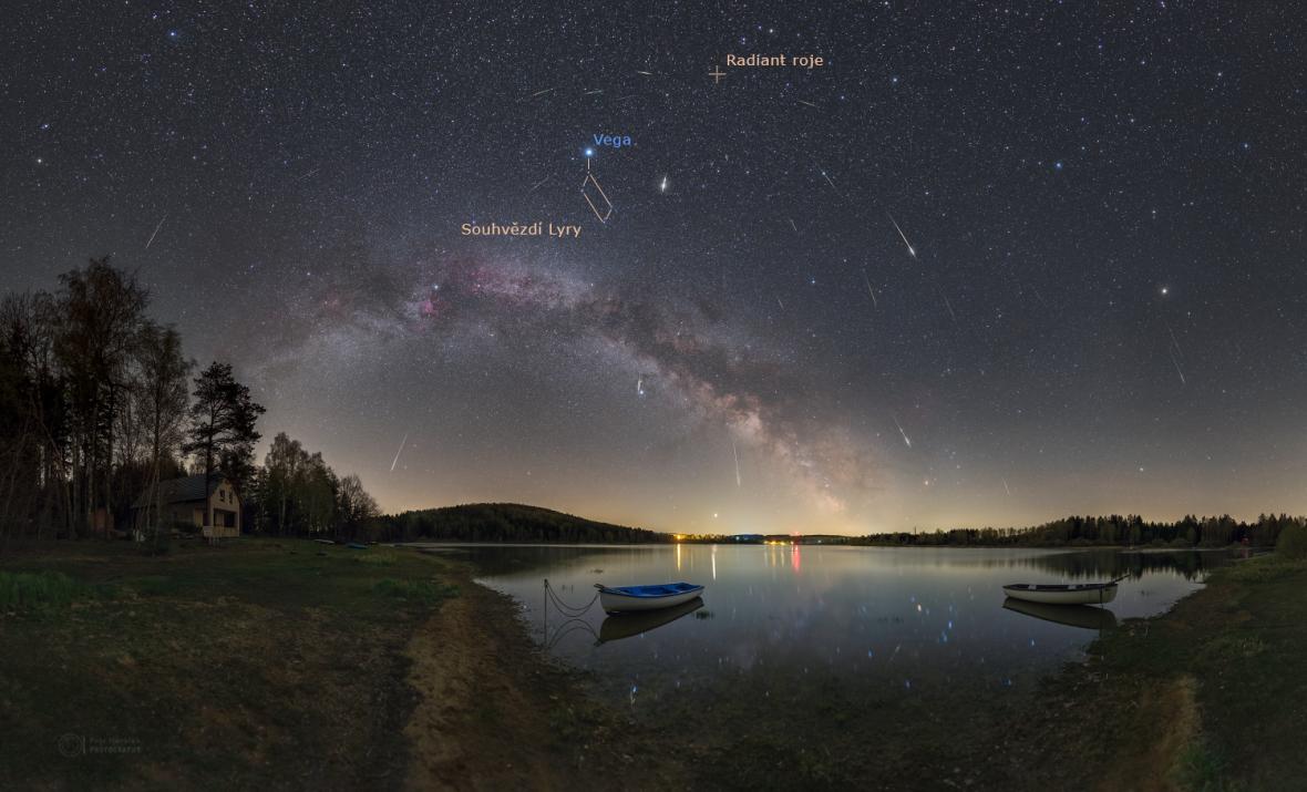 Maximum meteorického roje Lyridy vroce 2020 nad Sečskou přehradou svyznačeným souhvězdím Lyry, hvězdou Vega a radiantem roje