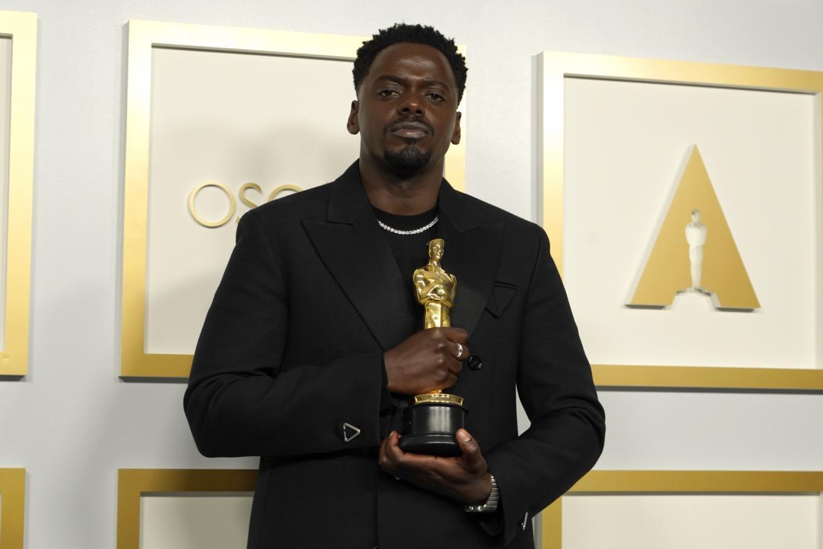 Daniel Kaluuya vyhrál Oscara za vedlejší roli v krimi dramatu Judas and the Black Messiah
