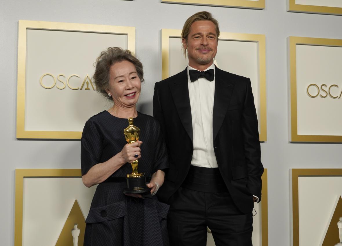 Herečce Yuh-Jung Youn předal Oscara za výkon ve vedlejší roli Brad Pitt