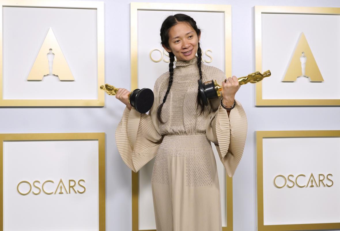 Režisérka Chloé Zhaová se soškami za režii a film