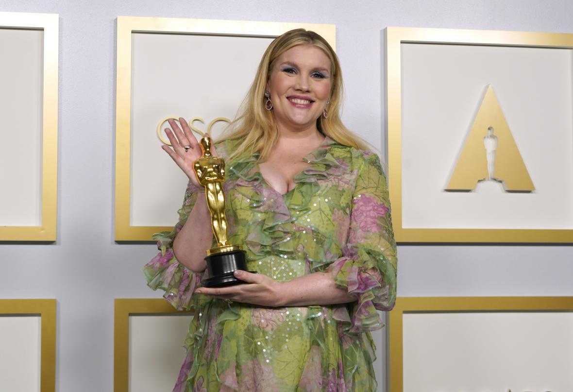 Herečka Emerald Fennellová dostala Oscara za původní scénář Nadějné mladé ženy