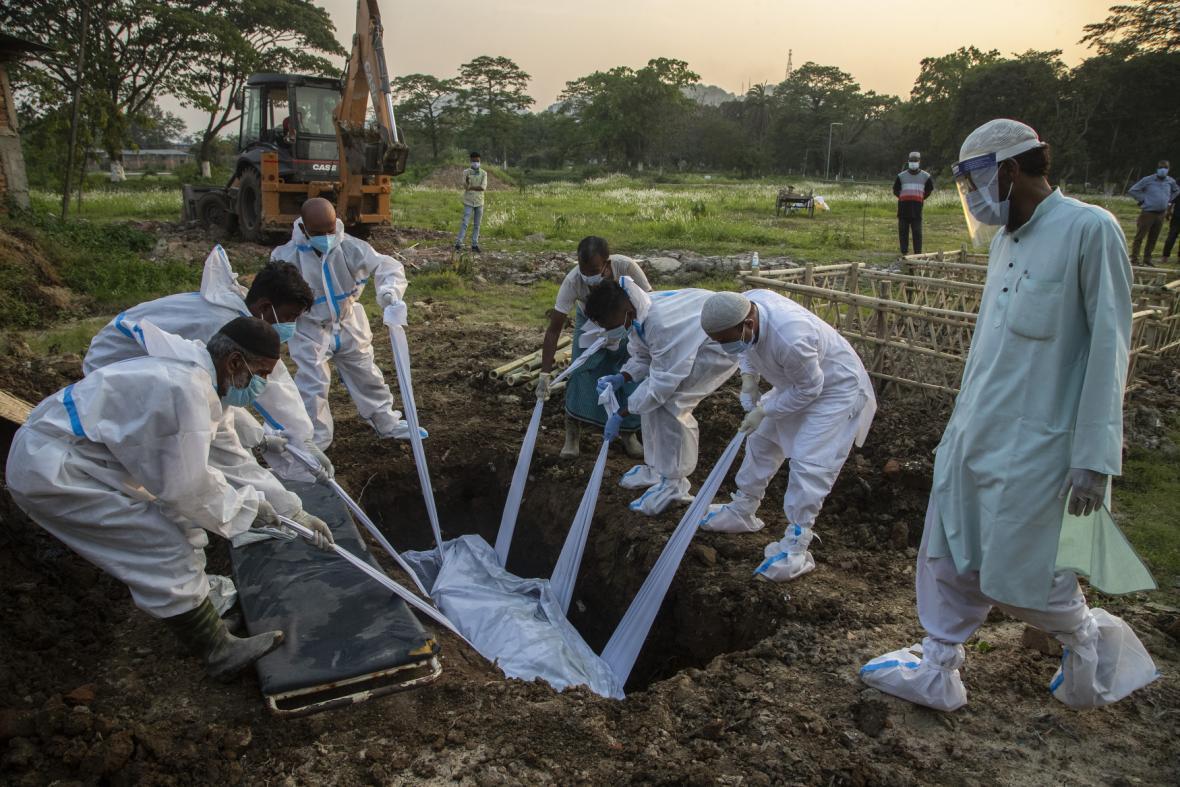 Pohřeb nakaženého koronavirem v Indii